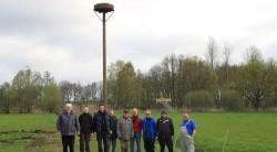Neue Nisthilfe: Weißstorchbetreuer Hans-Jürgen Behrmann (l.), NBL und Angelvereinigung Aller-Ohre-Drömling stellten bei Altendorf ein neues Storchennest auf. © Zur